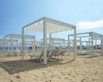 Pergola mit Schiebedach bei Oro Beach in Jesolo in Italien