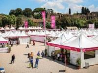 Die rosa gefärbten Gartenpavillons von Giulio Barbieris bringen Farbe in den Circus Maximus in Rom