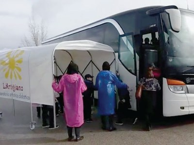 Ein Schutztunnel für die Schüler auf einem Ausflug zum Keramik-Labor