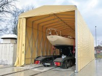 Eine temporäre Zelthalle für die Bootswerft, in der die Teuton 800, das kleinste kundenspezifische Boot, jemals gebaut wurde.