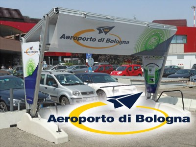 Italien - Ladestation für Elektroautos, installiert am Flughafen G. Marconi von Bologna