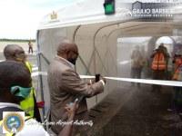 Der Desinfektionstunnel Sanitary Gate landet auf dem internationalen Flughafen Freetown-Lungi in Sierra Leone