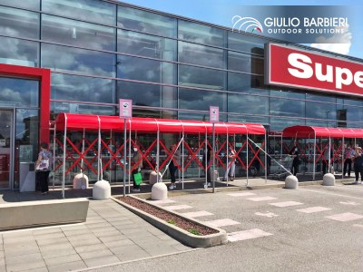 Summer 2020: gazebos and retractable tunnels for queueing customers