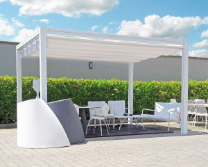 Retractable awning for Azzarito Mobili in Mesagne, Italy