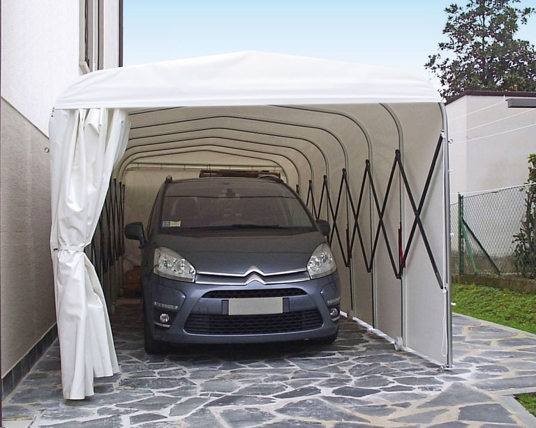 Ready box in PVC used as a portable garage for auto
