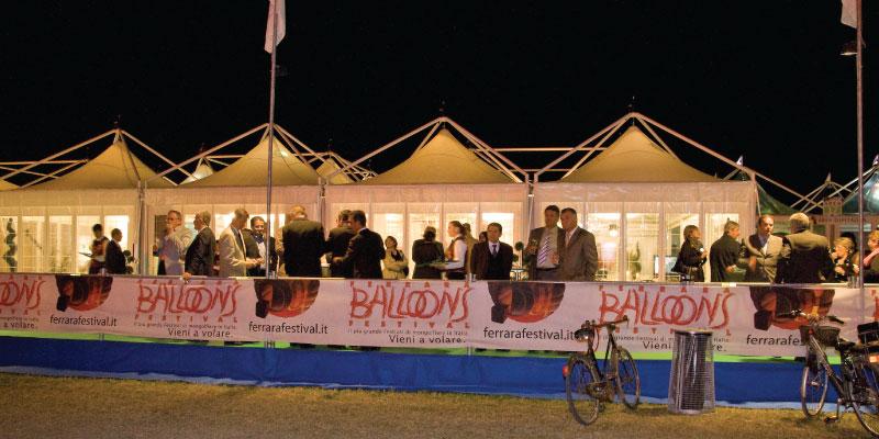 Tente de réception pour le festival de ballon à Ferrare