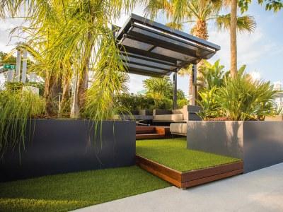 Jardins aux saveurs exotiques pour l'été 2018 avec les pergolas à toiles coulissantes