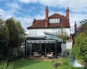 Pergola avec rideau coulissant à Londres, Grande-Bretagne