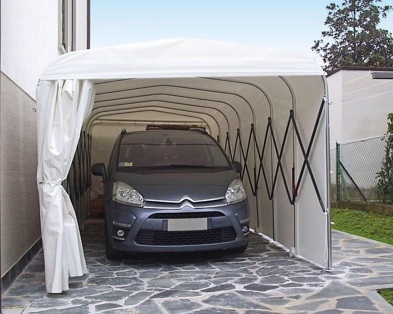 Abri de voiture rétractable dans une résidence privée